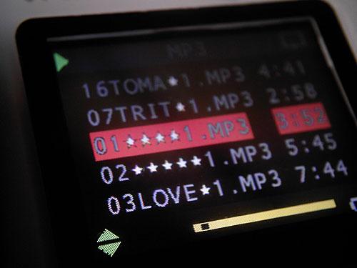 【画像】MP3音楽ファイルを再生中のトイデジ Polaroid izone 550の液晶画面