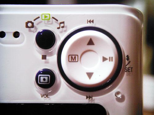 【画像】Polaroid izone 550の本体背面。MP3ファイルの再生するためのモードボタンがあります