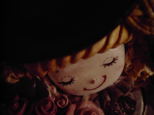 【画像】微笑む粘土人形を斜め上からポラデジ izone 550で撮影