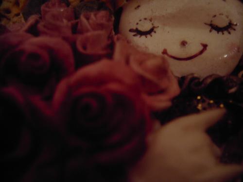 【画像】薔薇を持って微笑む粘土人形をポラデジ izone 550で撮影