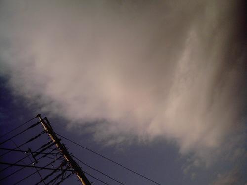 【画像】電柱ののしかかってくるような雲をポラデジ izone 550で撮影
