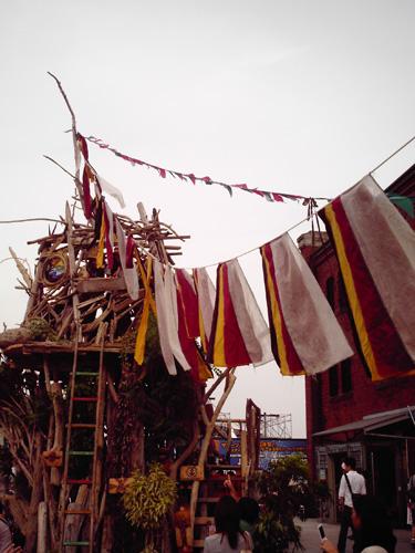 【画像】赤レンガパークのイベントで建ってた木の家
