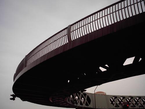 【画像】赤レンガ倉庫近くにある風変わりな歩道橋2
