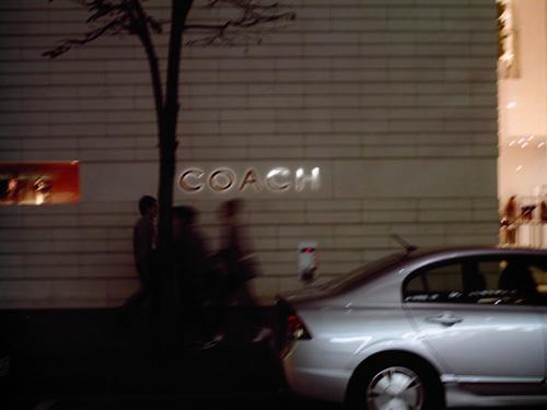 【画像】ポラデジ izone 550で撮影したCOACH店舗前を歩く人々