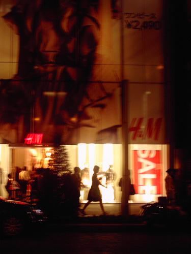 【画像】ポラデジ izone 550で撮影した夜の銀座H&M前を歩く女性