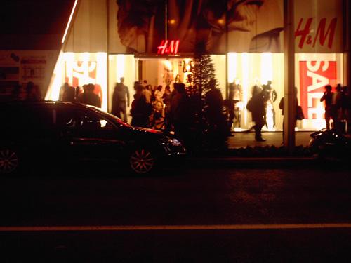 【画像】ポラデジ izone 550で撮影した夜の銀座H&M