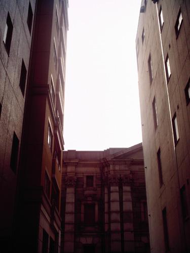 【画像】路地からポラデジ izone 550で撮影した神奈川県立歴史博物館