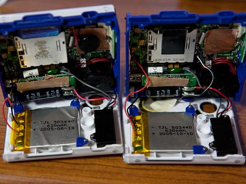 【画像】充電池交換のために分解して並べた2台のポラデジ izone 550