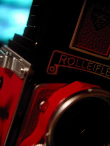 【画像】新しく購入したRolleiflex MiniDigi限定赤バージョンの正面ロゴ部分