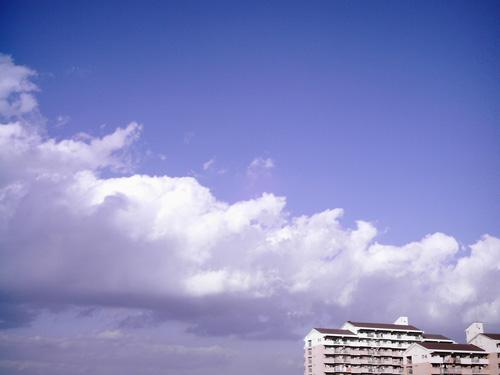 【画像】ポラデジ izone 550で撮影した大きな雲と空とマンション